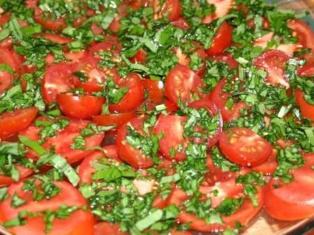 Medvehagymás paradicsom saláta